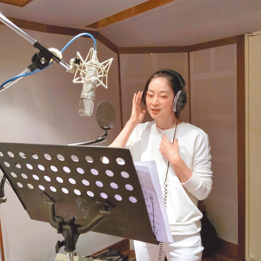 刘瑞琪日前为舞台剧《最后一封情书》开嗓唱主题曲。(全民大剧团提供)