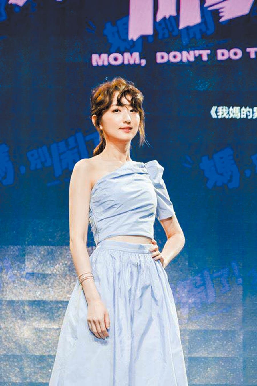 女星柯佳嬿身穿Maje 2020春夏系列出席活動,展現法式時尚。斜肩上衣8120元,傘狀裙1萬440元。(截取自柯佳嬿IG)