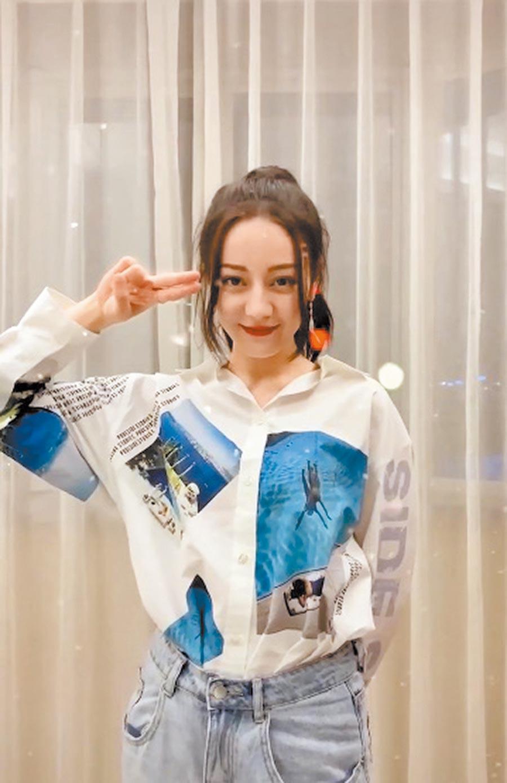 迪麗熱巴穿上Maje Slim Aarons池畔系列上衣,展現活潑自信。印花襯衫,9050元。(Maje提供)