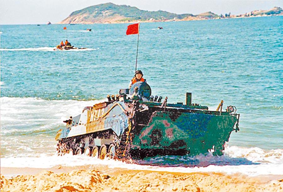 近期台海局勢不平靜,武統論再起。圖為解放軍在南海進行奪島軍事演練。(取自中新網)