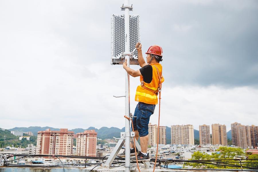貴州鳳岡工作人員在安裝5G基地台。(中新社資料照片)