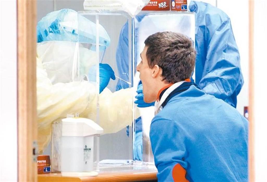 台大醫院兒童感染科主任黃立民表示,台灣可考慮實施邊境普篩政策,否則社區感染的壓力將增加。圖為1名剛入境的旅客正在採集檢體。(本報資料照片)