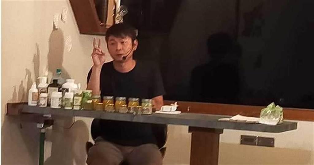 鄭勝哲在全台舉辦多場講座,並在演講時大力推廣自己的寵物藥粉、寵物酵素等產品,讓他半年至少海撈600萬。(圖/翻攝畫面)