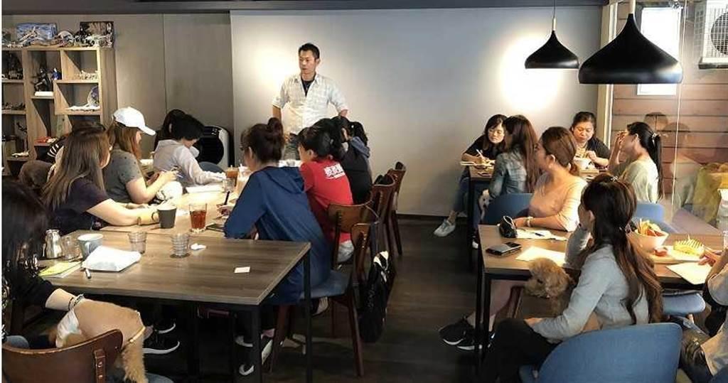 鄭勝哲去年在北中南開了多場講座,每人每場收2000元,他也藉此牟取暴利。(圖/翻攝畫面)