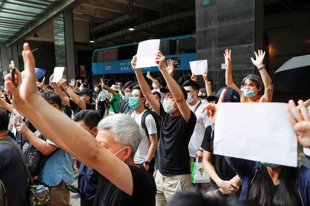 為了避免違法香港國安法嚴禁標語口號,香港民眾3日高舉白紙,表達對反國安法抗議者的支持。(路透)
