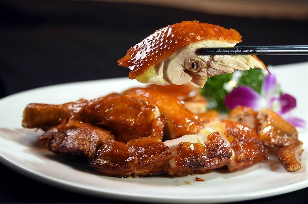 〈脆皮雞〉是觀察一家粵菜餐廳廚藝團隊基本功的「指標菜」,〈享鮮〉的這道菜不俗。(圖/姚舜)