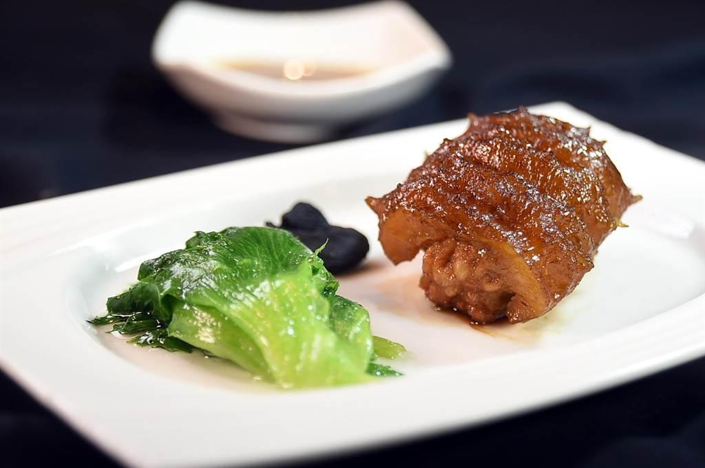 〈享鮮〉的〈一品烏參〉是在遼參內鑲了豬肉、蝦米和香菇,位上每份500元,比在飯店便宜許多。(圖/姚舜)