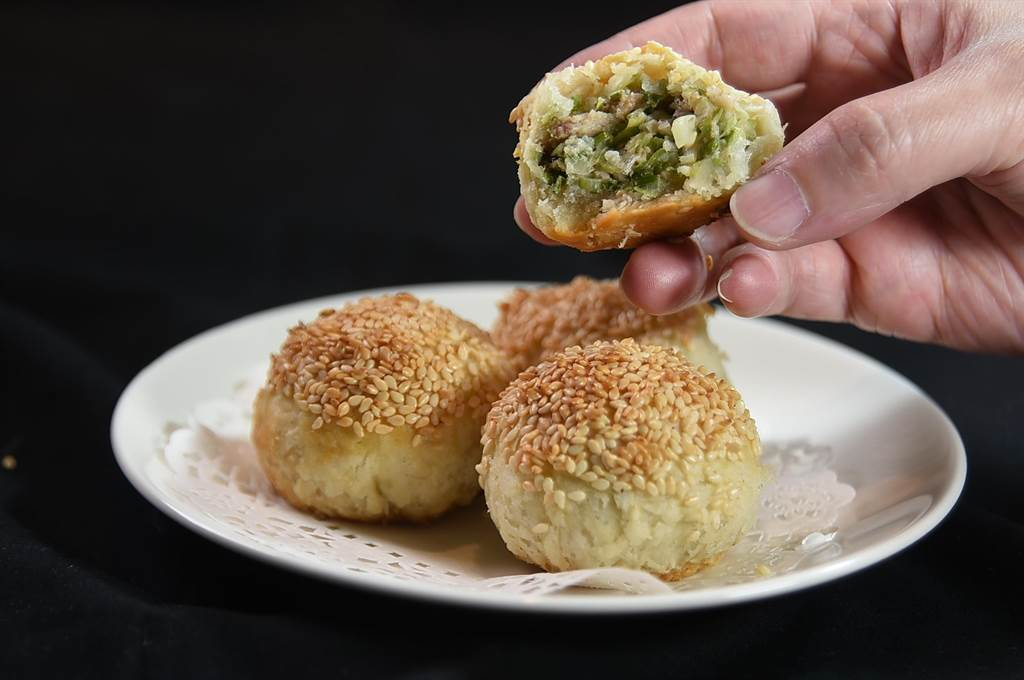 〈享鮮〉的〈火腿焗燒餅〉每份3個150元,燒餅內餡是三星蔥、家鄉肉和北菇。(圖/姚舜)