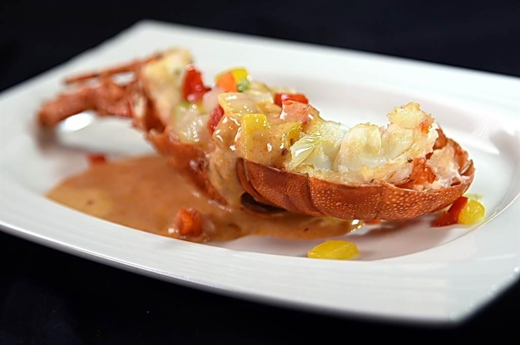 除了下正統粵菜,〈享鮮〉菜單上也有些跨菜系演繹的佳餚,〈叻沙龍蝦〉就是以南洋叻沙醬為以蒸熟的印尼小龍蝦提味。(圖/姚舜)