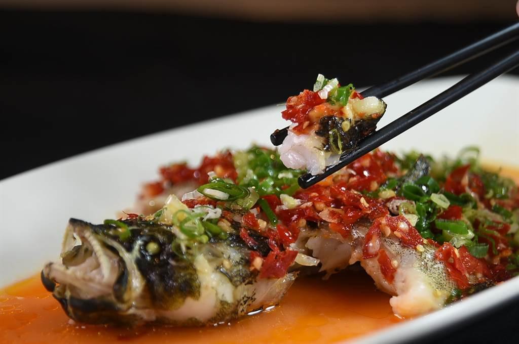 〈享鮮〉的〈朵椒筍殼魚〉是以自家發酵的朵椒烹製,魚肉肉質細嫩。(圖/姚舜)