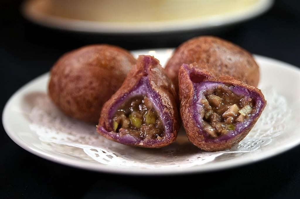 一份3顆150元的〈紫薯鹹水餃〉,是以雞腿肉、燒肉、韭黃和貢菜為內餡,外皮則是用糯米漿和紫薯粉製成。(圖/姚舜)