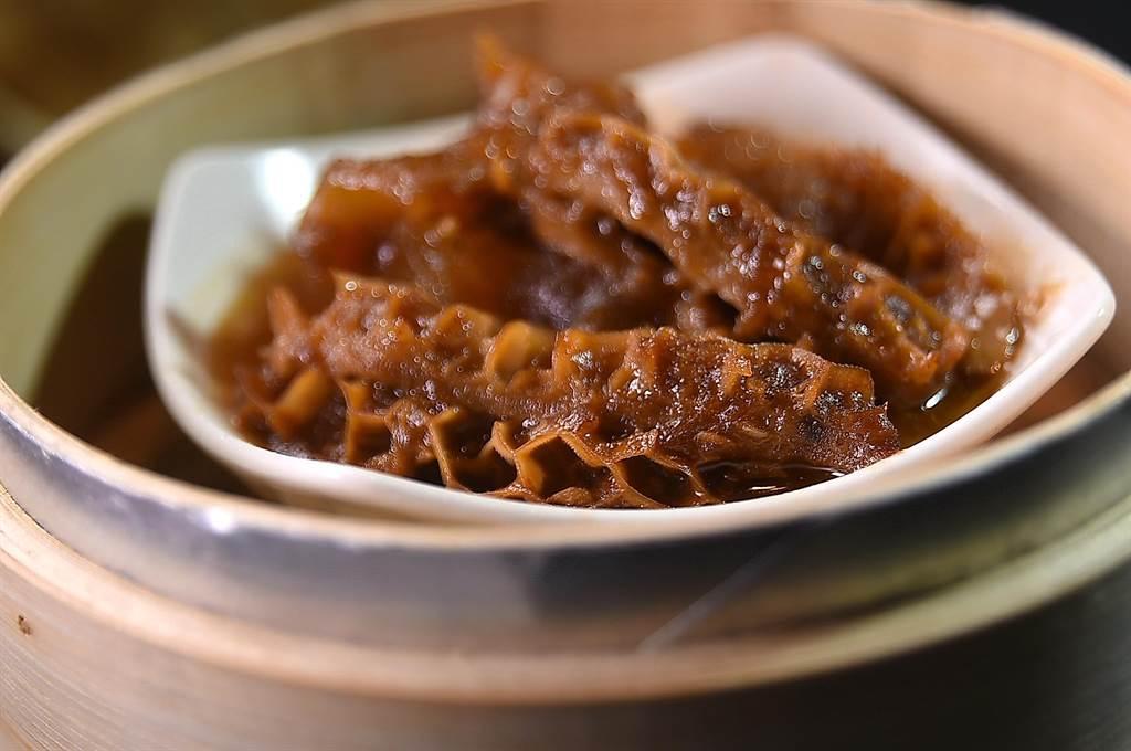 〈享鮮〉的〈牛雙寶〉是將牛筋與牛肚先清蒸後,再拌用沙茶、麻油與紅油調味的醬汁提味。(圖/姚舜)