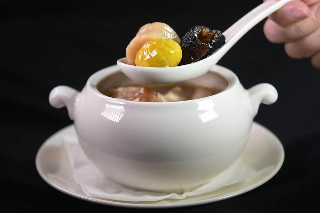 〈享鮮〉的個人份〈佛跳牆〉,雞湯內有美國烏參、蹄筋、北菇、鮑魚、栗子、雞腿肉和蒜頭。(圖/姚舜)