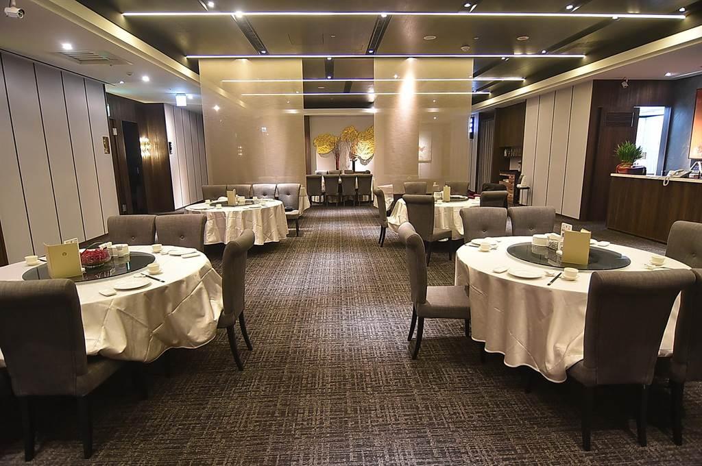 位在市民大道三道的〈享鮮餐廳〉,除有8間包廂,開放式小吃區有14張桌,空間?敞。(圖/姚舜)