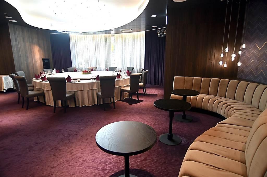 〈享鮮餐廳〉市民大道旗艦店最大的包廂,宛如私人會所,視廳影音設備齊全。(圖/姚舜)