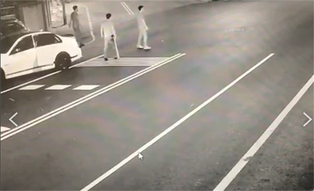 駱男攜帶棍棒準備前往劉嫌堂口開砸,被路口監視器拍下。(羅亦晽翻攝)
