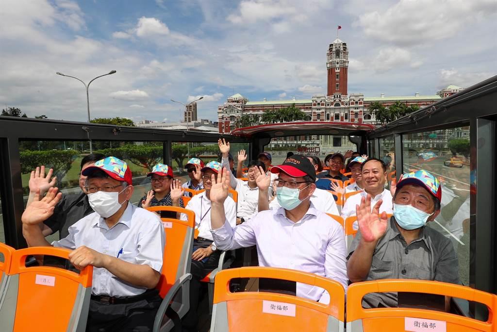 台北市長柯文哲(前排左起)、交通部長林佳龍、衛福部長陳時中一同搭乘北市雙層觀光巴士。(台北市攝影記者聯誼會提供)