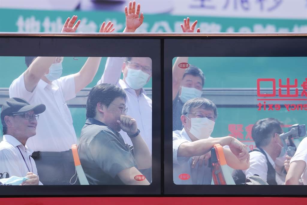 台北市長柯文哲(前排右)、交通部長林佳龍(後排右二)、衛福部長陳時中(後排右一)一同搭乘北市雙層觀光巴士。(黃世麒攝)