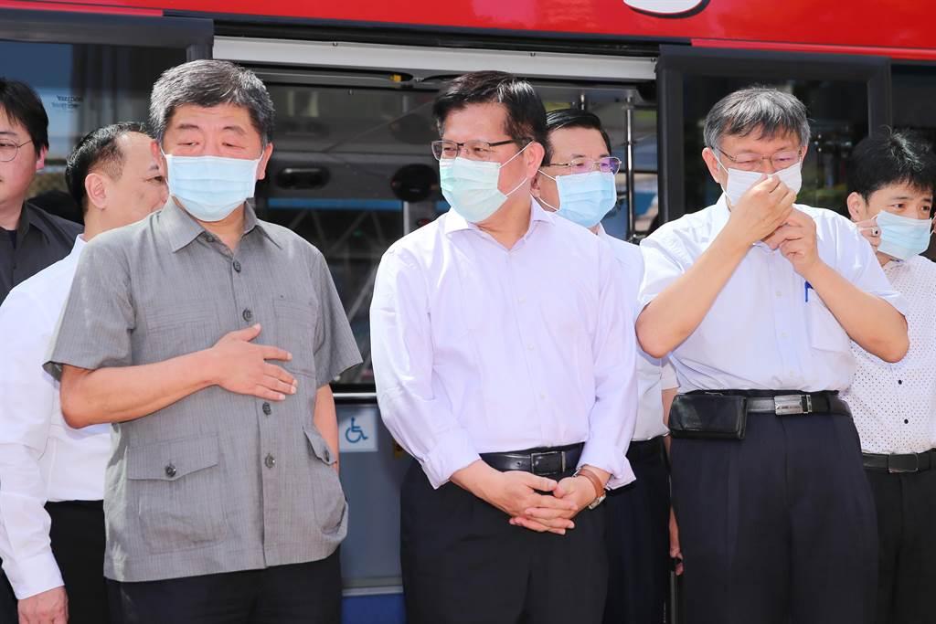 台北市長柯文哲(右)、交通部長林佳龍(中)、衛福部長陳時中(左)一同搭乘北市雙層觀光巴士。(黃世麒攝)