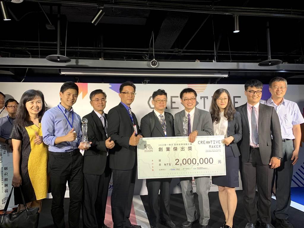 「晶易求精」晶片技術與「圖靈鏈科技」區塊鏈技術團隊拿下「創業傑出獎」,各奪得200萬元創業獎金。(中科管理局提供/王文吉台中傳真)