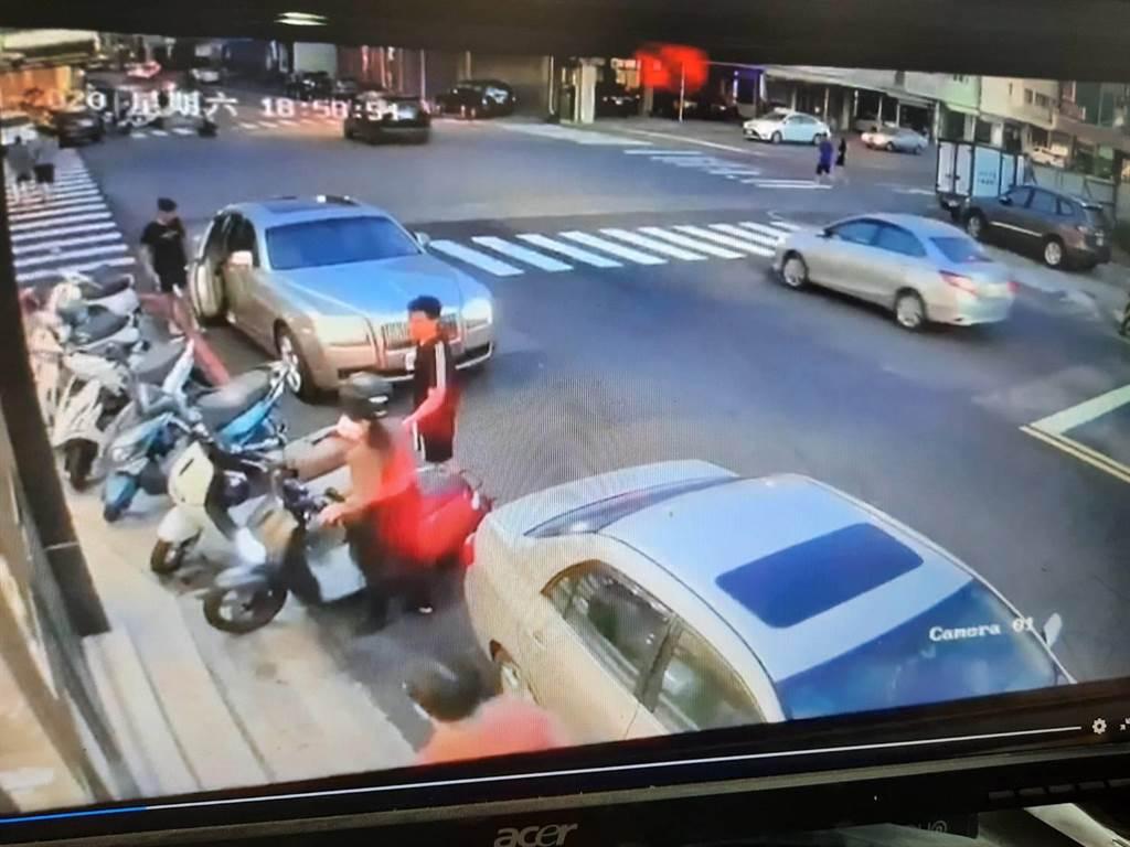 勞斯萊斯靠路邊停車時擦撞機車,騎士母親上網po文不滿駕駛辱罵女兒。(翻攝爆料公社/陳淑娥台中傳真)