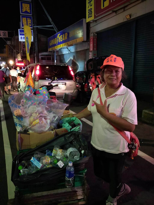 也有白沙屯媽祖信徒,自備回收車,沿路撿拾資源回收垃圾。(賴義乾提供/吳建輝彰化傳真)