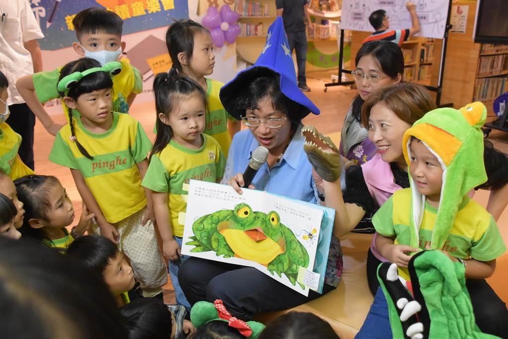 彰化縣長王惠美7日戴上魔法巫師帽,在縣立圖書館為小朋友說故事,引領大家進入奇幻有趣的繪本世界。(謝瓊雲攝)