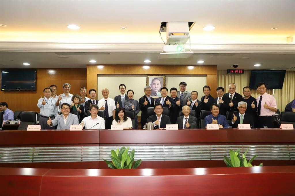 台灣上市櫃公司協會理事長蔡榮騰(前排右3)率團拜會交通部長林佳龍(前排中)。(交通部提供/陳祐誠傳真)