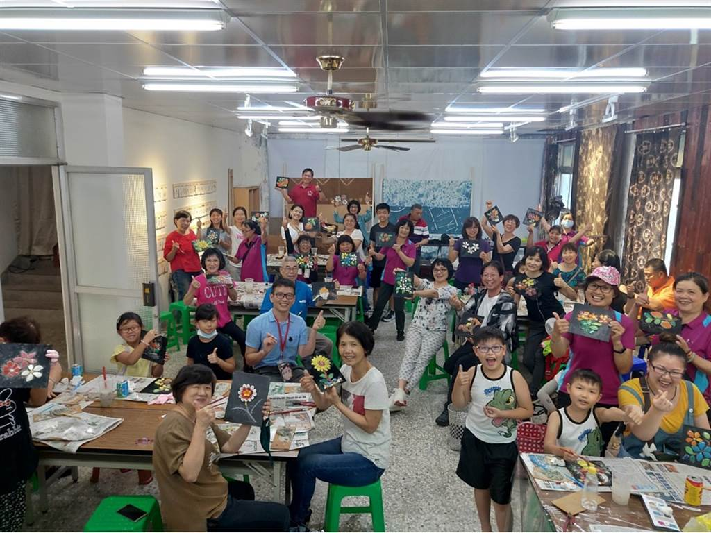 剪粘藝術參與師生與民眾。(玄奘大學提供)