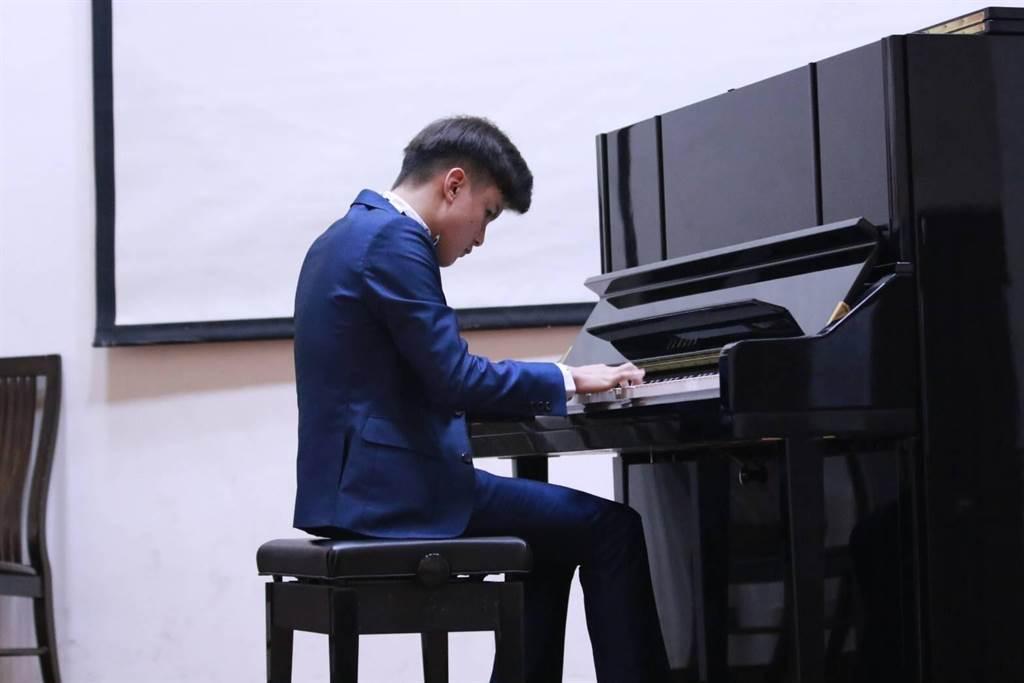 高雄明華國中黃崇恩因為早產先天全盲,但他並沒有因此放棄人生,反而對聲音及節奏展現極高敏銳度,開始朝音樂之路發展。(洪浩軒攝)