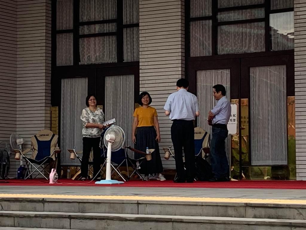 民進黨立委今天下午起輪班駐守在議場大門外,避免藍營突襲杯葛議事進行。(林縉明攝)