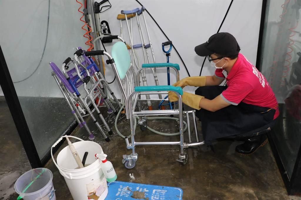 回收的二手輔具皆使用次氯酸水進行徹底清洗。(許哲瑗攝)