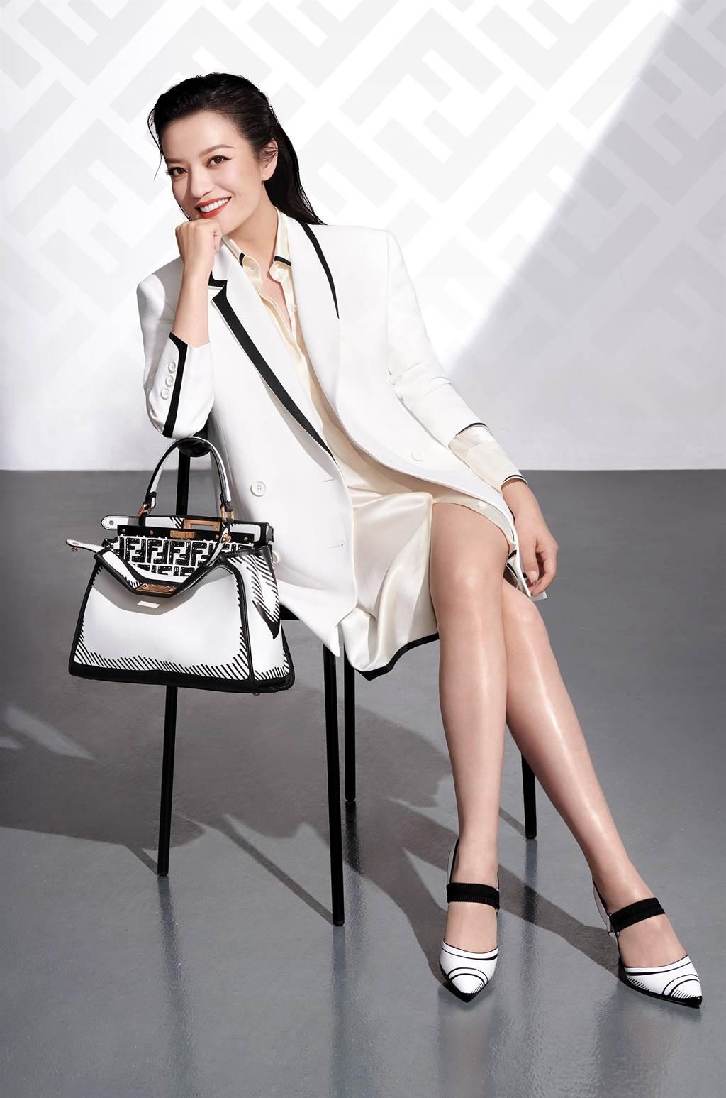 圖一:趙薇身著白色西裝外套,展現美腿與自信。(FENDI提供)