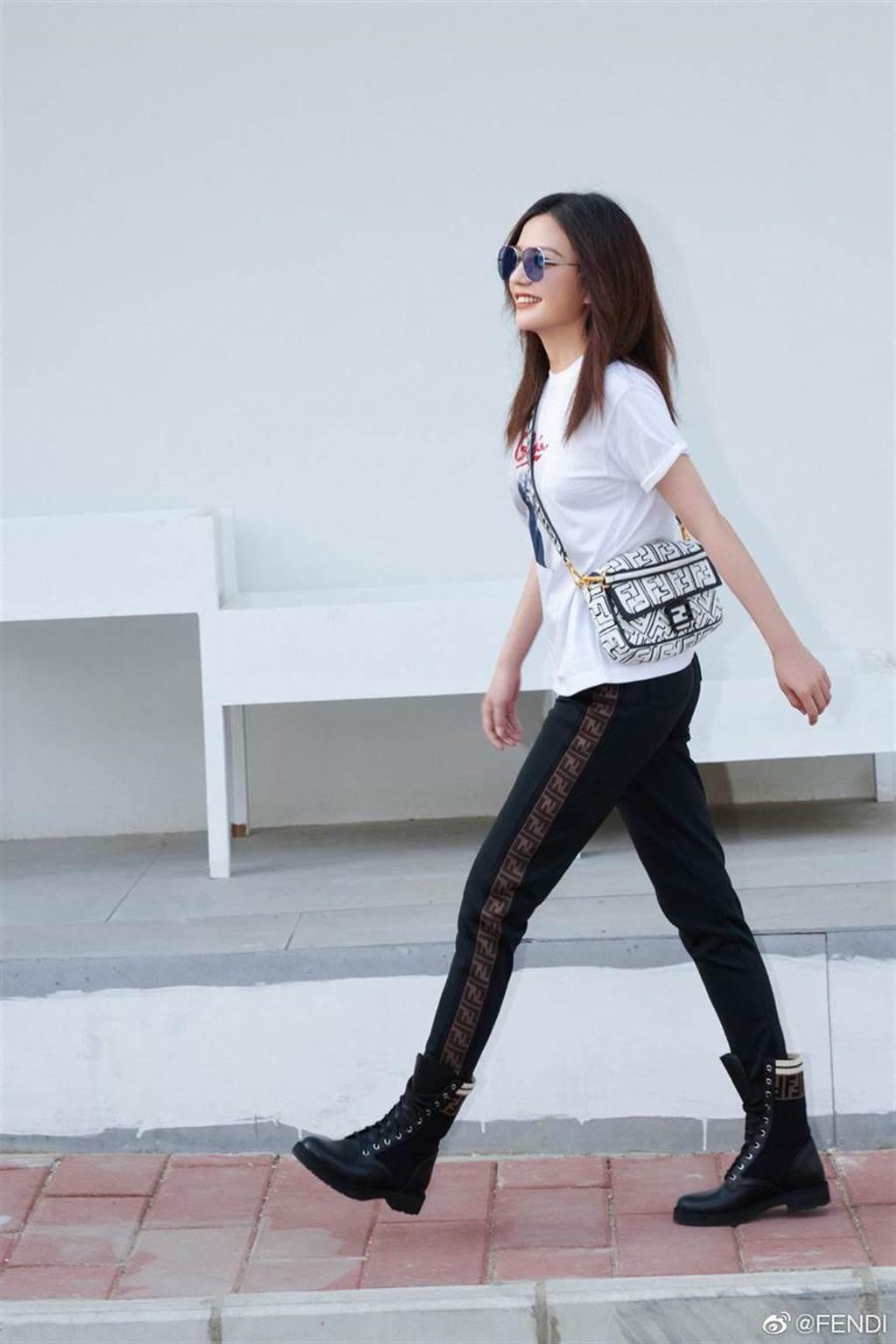 趙薇身穿FENDI Baguette現身街頭,展現率性魅力。(翻攝自FENDI微博)
