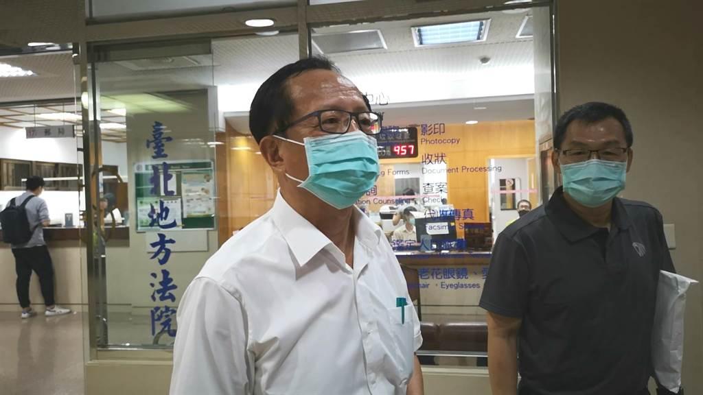 台北市警局長陳嘉昌(左)等警官因圈圍「反勞基法修惡大遊行」群眾及律師,挨告妨害自由。