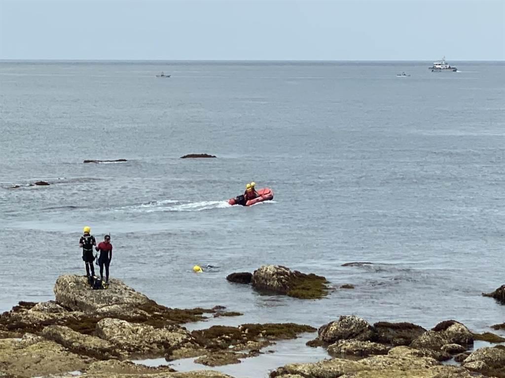 新北市瑞芳區海邊,於7日下午驚傳一名男子浮潛時,因浮球勾礁岩慘遭溺斃。(新北市消防局提供/吳康瑋新北傳真)