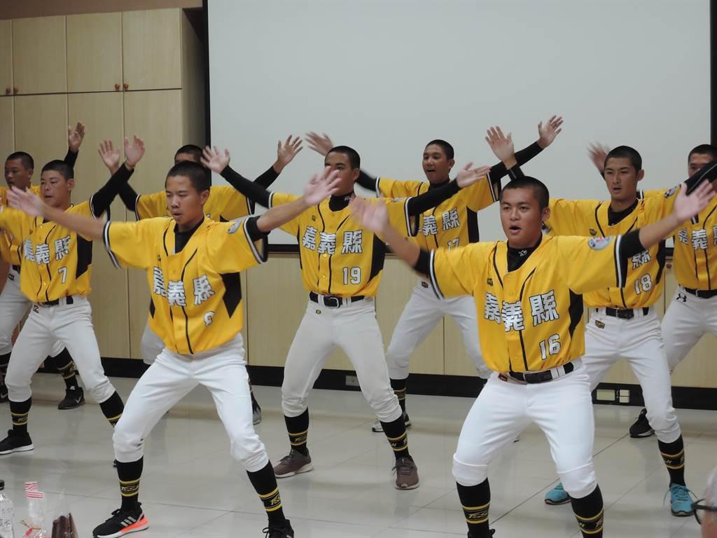 東石高中棒球隊小將以戰舞歡迎長官、貴賓的蒞臨。(張毓翎攝)