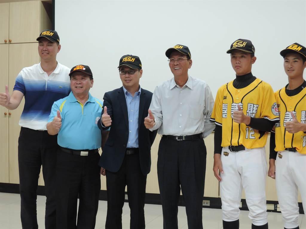 東高棒球隊因疫情,外界捐助金額減少,同發建設公司董事長廖敏雄(右三)得知後,霸氣捐100萬元。(張毓翎攝)