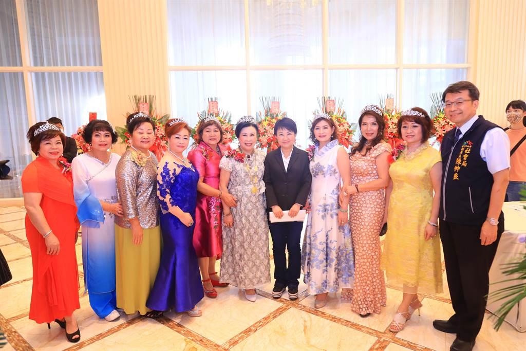 世界華人台中市工商婦女企管協會7日舉行第17、18屆會長交接、理監事就職典禮暨32周年慶。(盧金足攝)