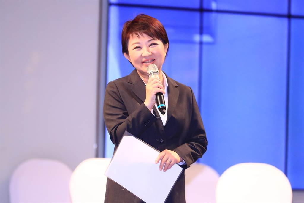 台中市長盧秀燕稱讚世界華人台中市工商婦女企管協會,32年來致力凝聚女性力量。(盧金足攝)