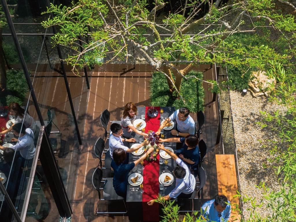 惠宇建設打造宜居大陽台,將餐桌搬到陽台,享受親友聚會的生活樂趣。(惠宇提供/盧金足台中傳真)