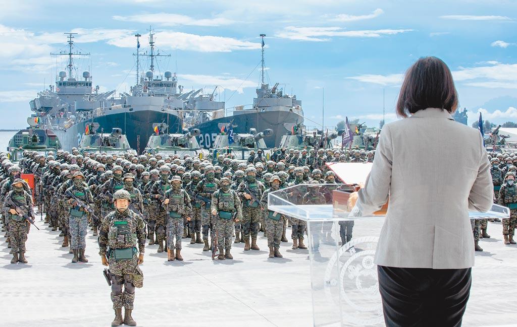 蔡英文總統(右)昨日到高雄探視受傷官兵並慰勉海軍陸戰隊九九旅步二營(左)。(總統府提供)