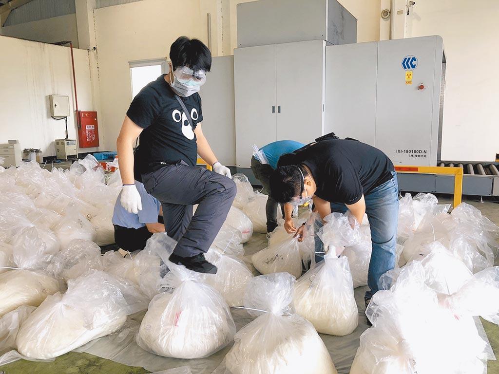 刑事局上月在台中港破獲企圖闖關入境的毒品「喵喵」的原料「2-溴-4甲基苯丙酮」,查扣3529公斤。該原料已被公告為4級毒品,警方估計黑市價上百億。(警方提供)(吸毒害人害己)