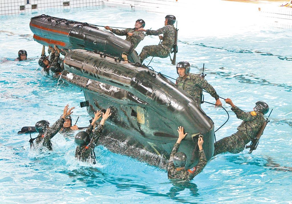 海軍陸戰隊合格操舟手的養成不易,訓練科目相當繁複。圖為海軍陸戰隊操演翻覆艇訓練。(本報資料照片)