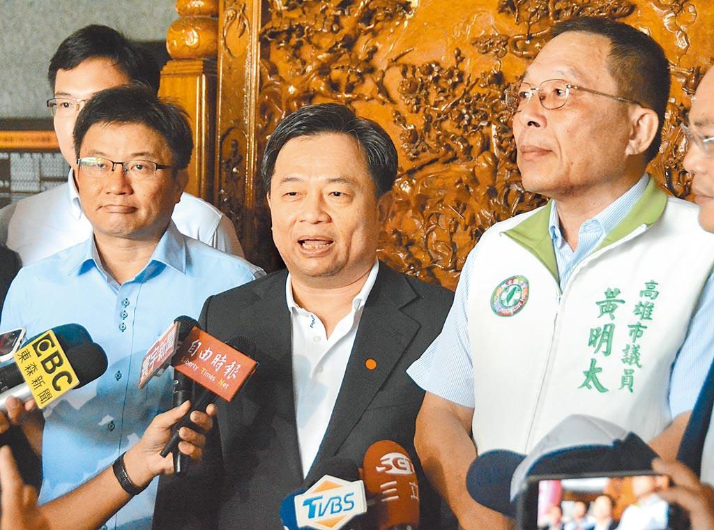 民進黨祕書長林錫耀(中)6日親自南下高雄協調,整合成功,有意角逐議長補選提名的議員黃明太(右)、鄭光峰(左)雙雙宣布退選。(林宏聰攝)