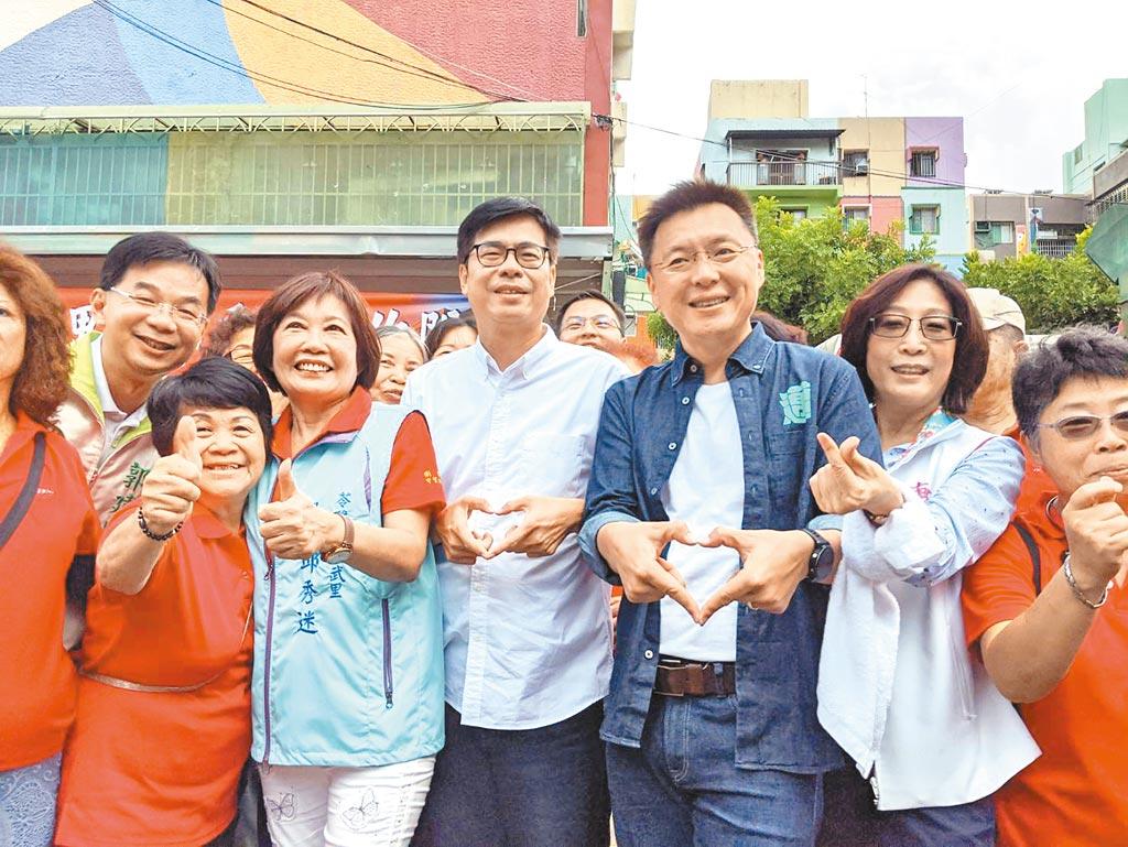 民進黨高雄巿長補選參選人陳其邁(中)6日到鳳山拜票。(曹明正攝)
