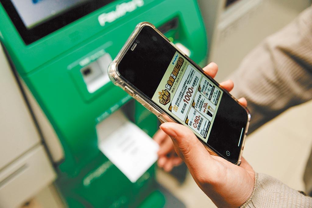 振興三倍券自7月1日起開放紙本預購或電子票證、行動支付、信用卡綁定,許多民眾一早即至超商預訂。(郭吉銓攝)