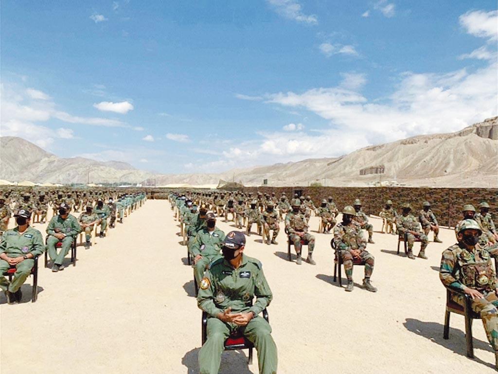 陸印無戰事!圖為駐守在邊界的印度士兵等待總理莫迪前來講話。 (路透)