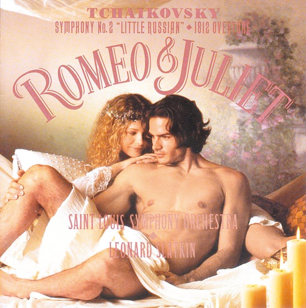 柴可夫斯基《羅蜜歐與茱麗葉》唱片,一對情侶衣衫不整並坐床上,露出曖昧的笑容,激情過後,若有所思。(摘自臉書)