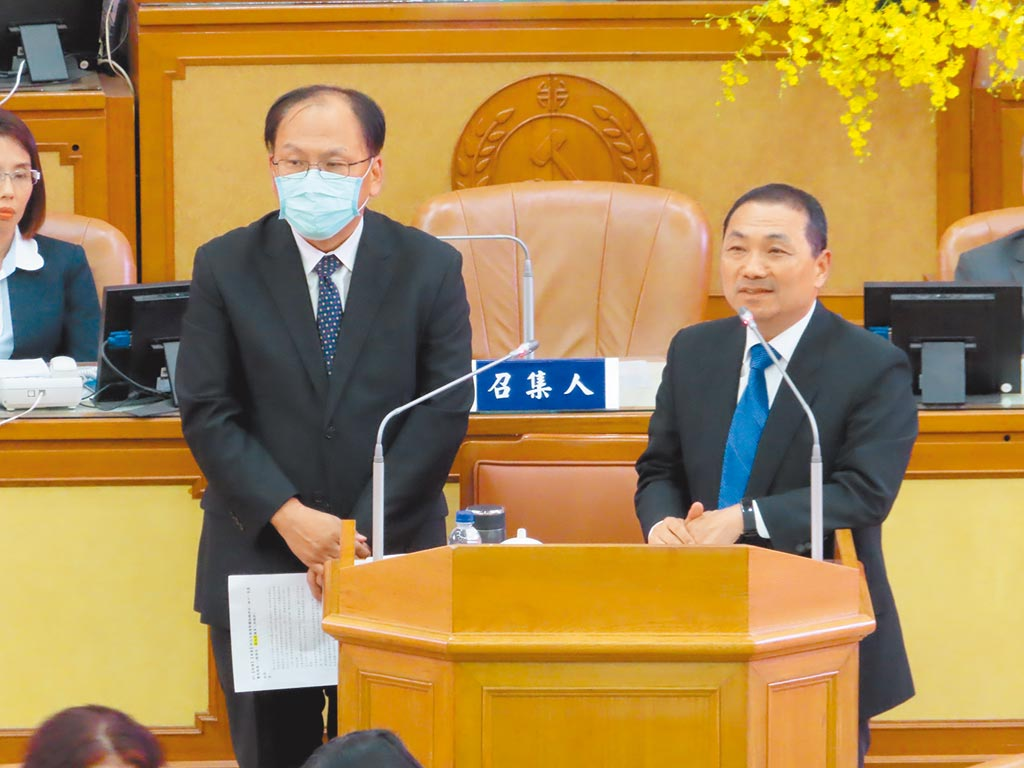 新北市長侯友宜(右)表示,願意承接交通部的北捷股份。(葉德正攝)